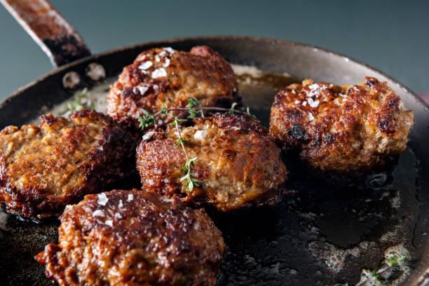 traditionelle dänische fleischbällchen oder frikadeller pfanne gebraten. - frikadelle stock-fotos und bilder