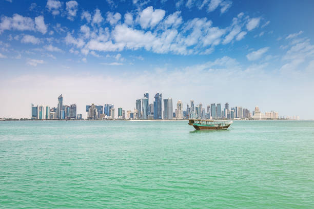 boutre traditionnel moderne doha qatar de skyline - qatar photos et images de collection