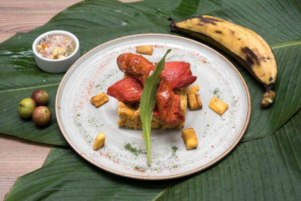 tacacho et cecina plat traditionnel de la jungle péruvienne. - jungle menu photos et images de collection