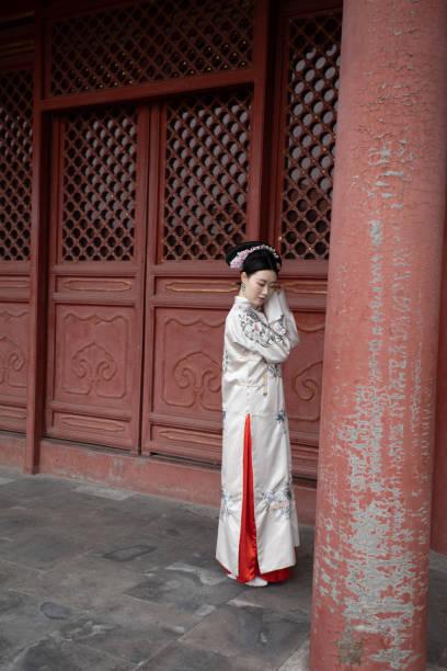 Traditionelle Kleidung in Innenbereichen der Verbotenen Stadt Peking getragen – Foto