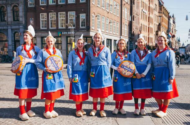 traditionellen holländische mädchen gekleidet auf einem käsemarkt - frisuren 2016 frauen stock-fotos und bilder