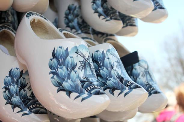 traditionelle niederländische holzschuhe - malerei schuhe stock-fotos und bilder