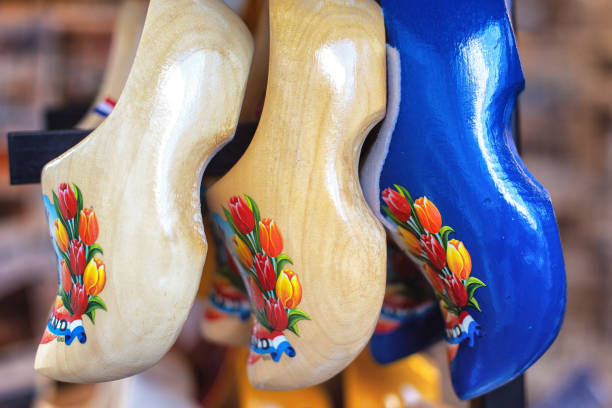 Traditional Dutch clogs with tulip flowers Traditional Dutch clogs with tulip flowers at Volendam, The Netherlands hout stock pictures, royalty-free photos & images