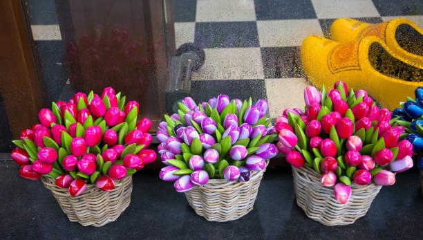 traditionelle holländische souvenirs-schöne farbige holztulippen fl - günstig nach amsterdam stock-fotos und bilder