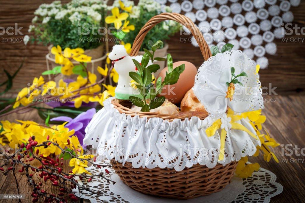Traditionelle Osterkorb mit Lebensmitteln. – Foto