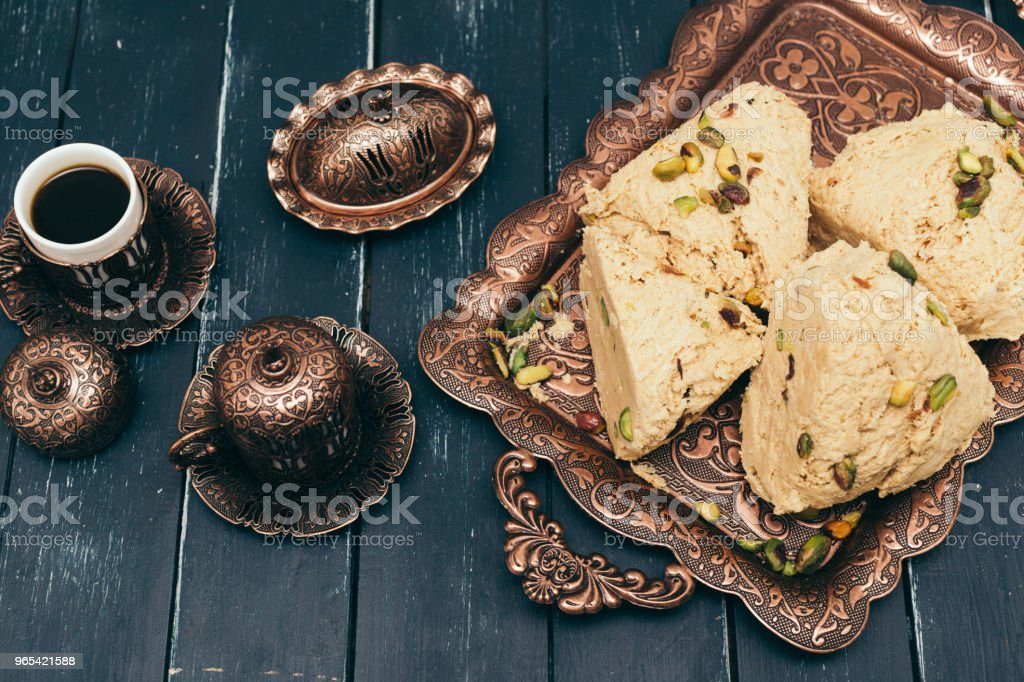 desserts traditionnels de l'est sur fond en bois - Photo de Aliment surgelé libre de droits
