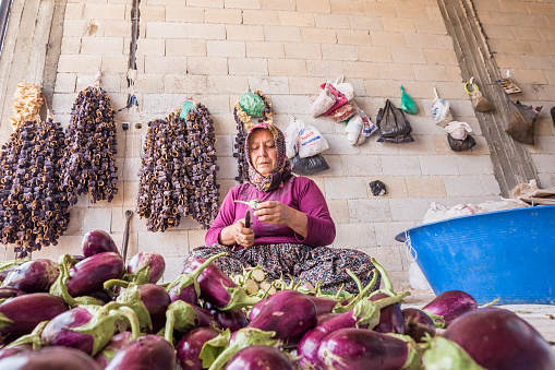 Traditional Eggplant Drying Process In Gaziantep Turkey - Fotografias de stock e mais imagens de Amontoar
