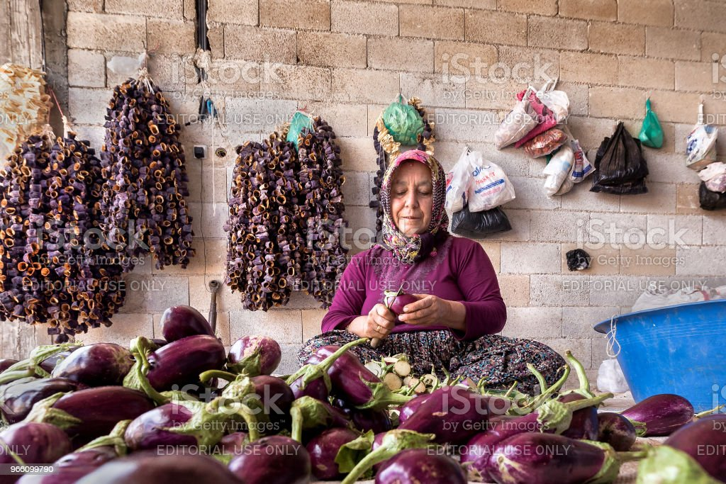 Traditionele aubergine drogen proces in Gaziantep, Turkije - Royalty-free Aubergine Stockfoto
