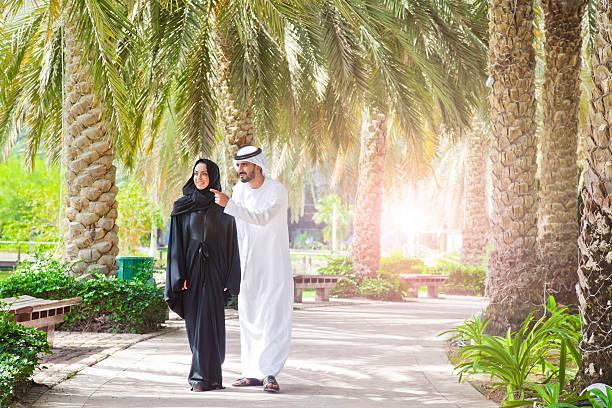 traditionelle emiratische junges paar genießen sie das leben im freien - hochzeitsreise dubai stock-fotos und bilder