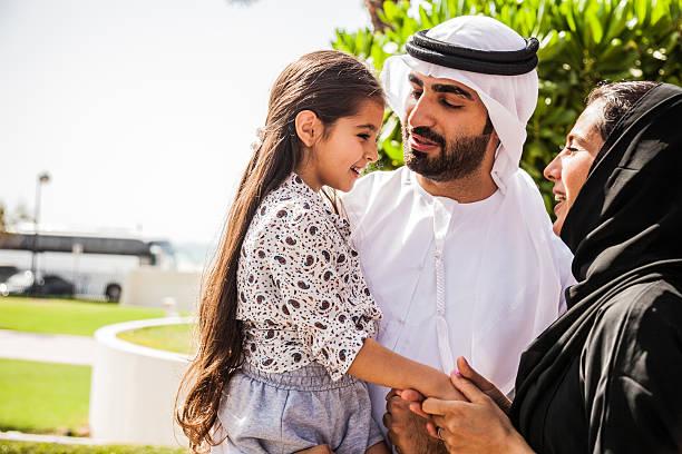 traditionnelle émirati jeune famille profitant du week-end - mariage musulman photos et images de collection