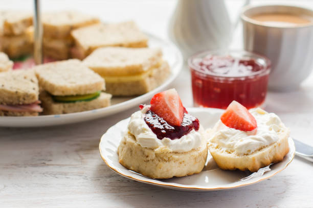 traditionellt engelskt afternoon tea: scones med clotted cream - scone bildbanksfoton och bilder