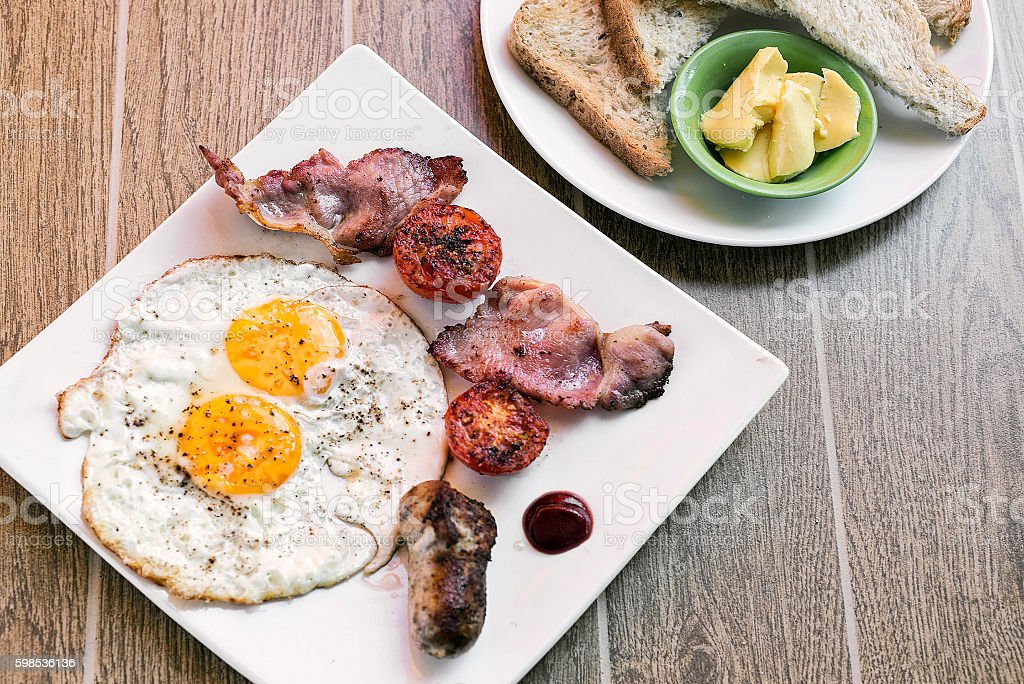 traditional english british fried breakfast with eggs bacon and sausage photo libre de droits