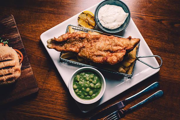traditional english fish and chips - englischer erbsen salat stock-fotos und bilder
