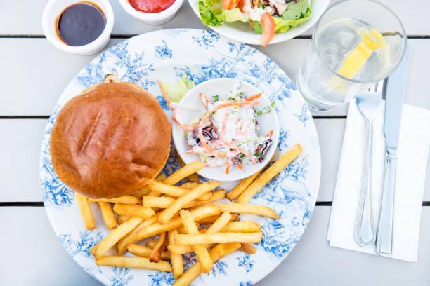 traditionelles englisches essen wie fish and chips mit erbsenpüree - englischer erbsen salat stock-fotos und bilder