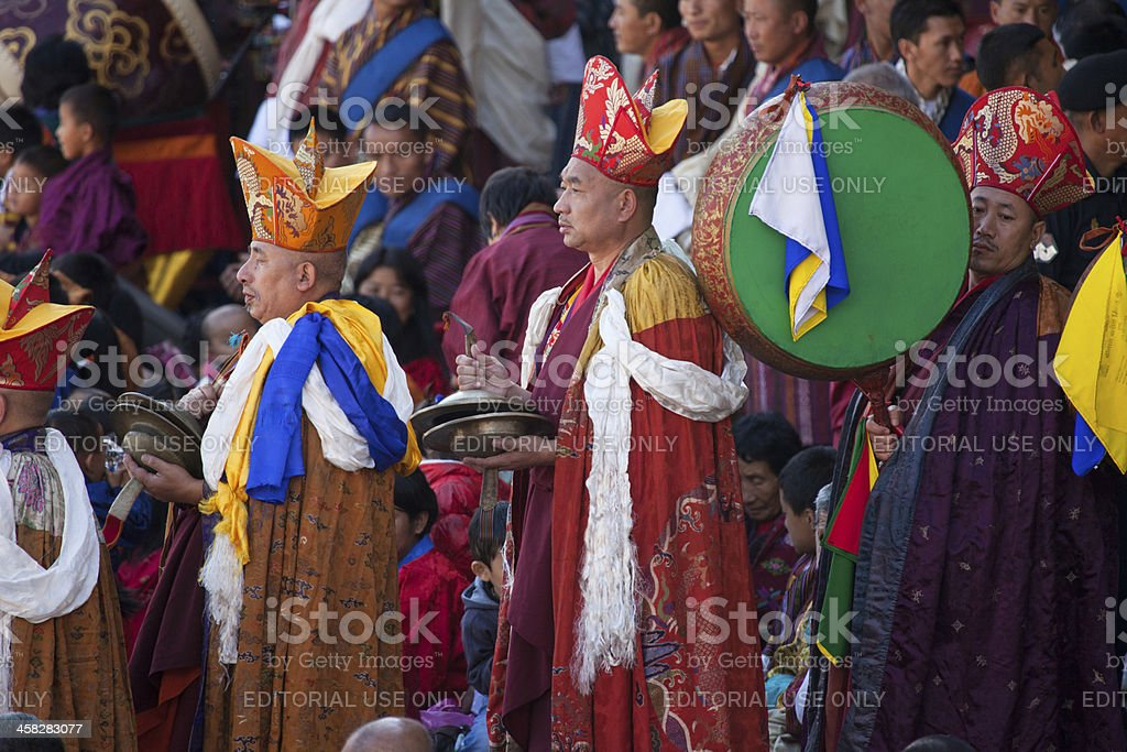 Traditional entrance of monks during festival in Thimphu Dzong foto