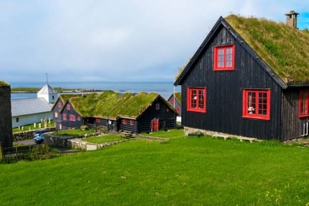 traditionele faeröerse houten huizen in kirkjubour dorp, faeröers eiland streymoy - faeröer stockfoto's en -beelden