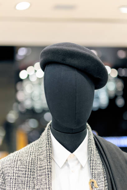 Sombreros de boina gris hembra tradicional en maniquí en un centro comercial - foto de stock