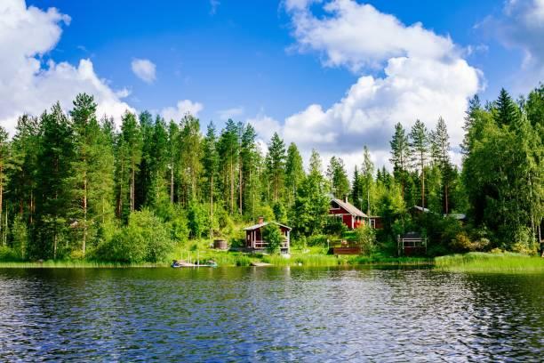 bir geleneksel fin ahşap kulübe bir sauna ve bir ahır gölü kıyısında. yaz kırsal finlandiya. - kır evi stok fotoğraflar ve resimler