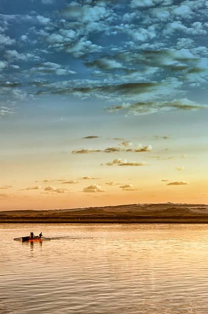 Tradycyjne Łódź rybacka w zachód słońca w Kanał Sueski, Egipt – zdjęcie