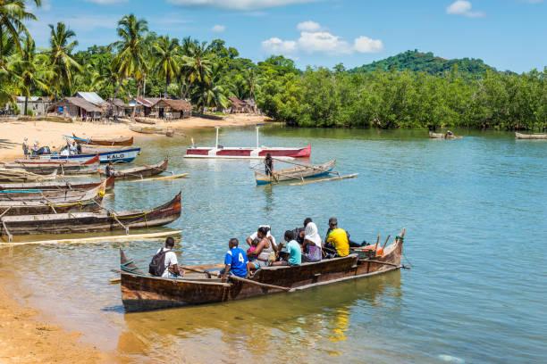 Village traditionnel de pêcheurs sur l'île de Nosy Be avec la pirogue en bois, bateaux d'aviron - Photo