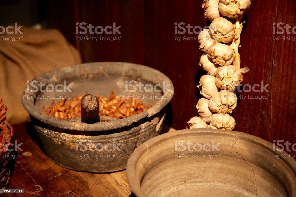 Traditionelle Speisen Bereitet Europäische Lebensstil Mittelalterliche Haus  Alte Küche Knoblauch Gewürze Pot Primitive Töpfe Hexe Handwerk
