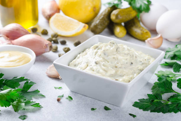 traditionele franse sauce remouladesaus in een witte kom met ingredie - sjalot stockfoto's en -beelden