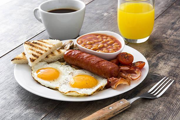 traditionelles englisches frühstück - gefüllte eier stock-fotos und bilder