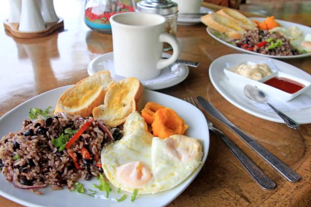 traditional gallo pinto breakfast with eggs, costa rica - fasola pinto zdjęcia i obrazy z banku zdjęć