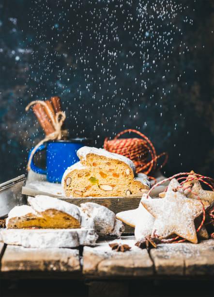 traditionelle deutsche weihnachten kuchen stollen mit sternförmigen lebkuchen - italienischer weihnachten stock-fotos und bilder