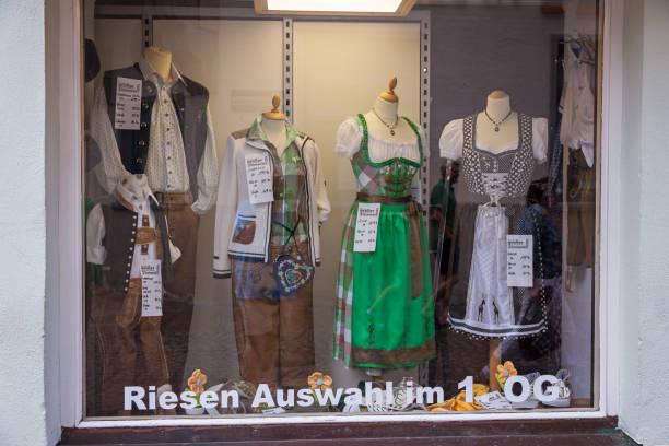 deutsche trachten im bayerischen storefront - cafe köln stock-fotos und bilder