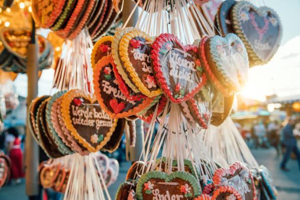 traditionelle lebkuchenherzen auf dem oktoberfest, münchen, deutschland - lebkuchenherzen stock-fotos und bilder