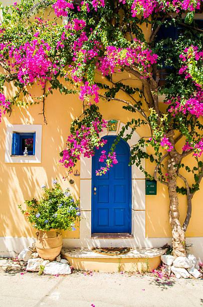 Traditionellen griechischen Haus mit Blumen in Assos, Kefalonia island – Foto