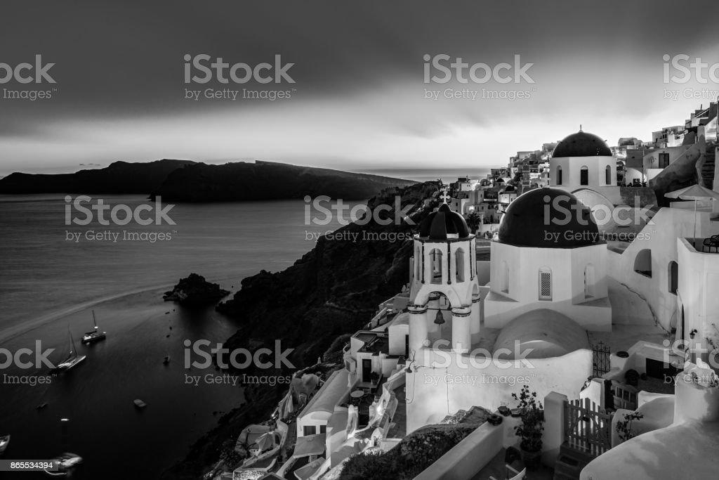 Traditionelle griechische Dorf Oia in schwarz und weiß, Santorin, Griechenland. Lizenzfreies stock-foto