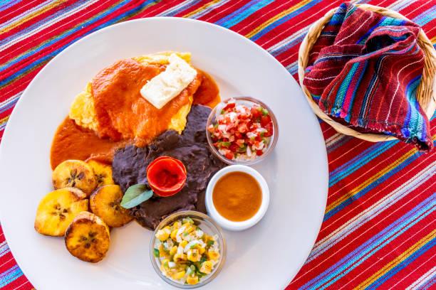 traditioneel guatemalteekse ontbijt met tortilla's - midden amerika stockfoto's en -beelden