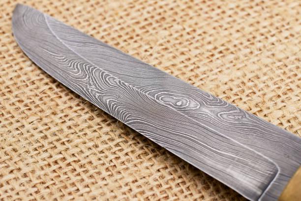 traditionelle handgefertigte finnische messer aus damaskus stahl gefertigt. - damaststahl stock-fotos und bilder