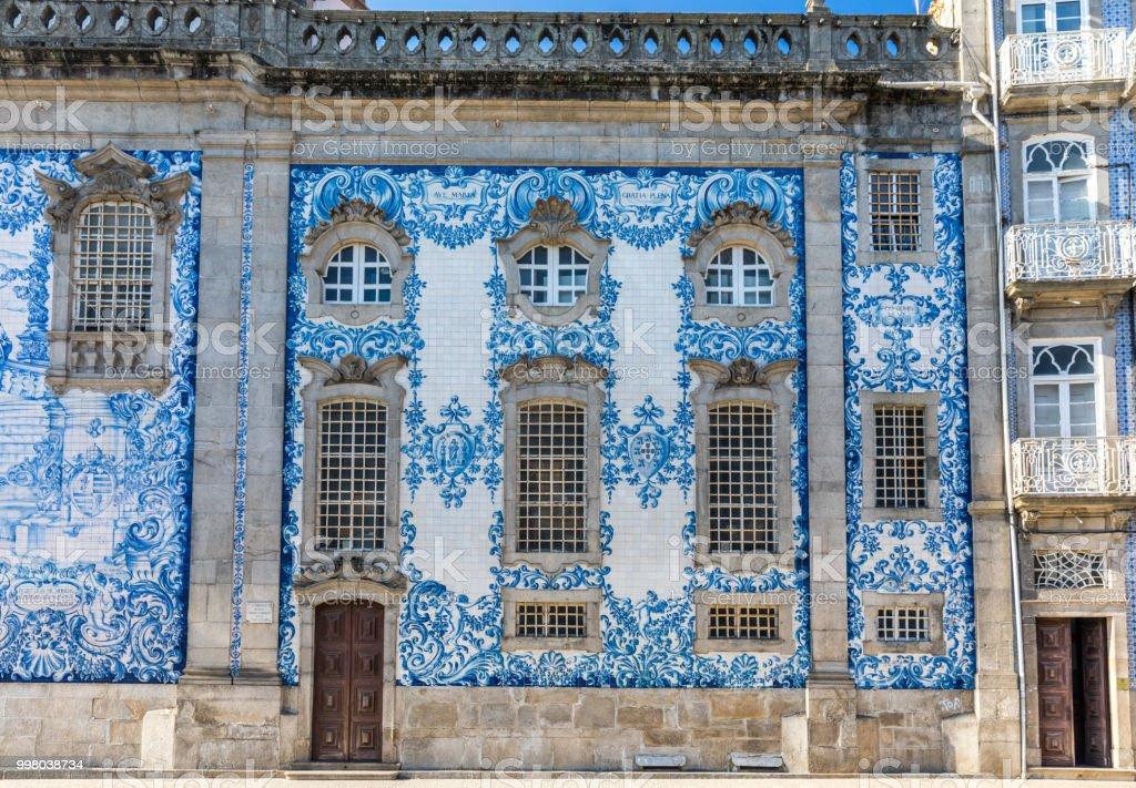 Traditional historic facade in Porto decorated with blue hand painted tin-glazed tiles, Oporto, Portugal - fotografia de stock