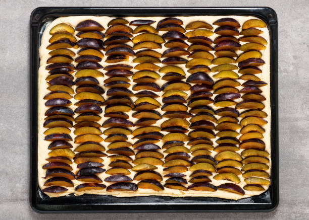 traditionelle hausgemachte pflaume blatt pie gemacht frische hefe teig vor dem backen. - pflaumentarte stock-fotos und bilder