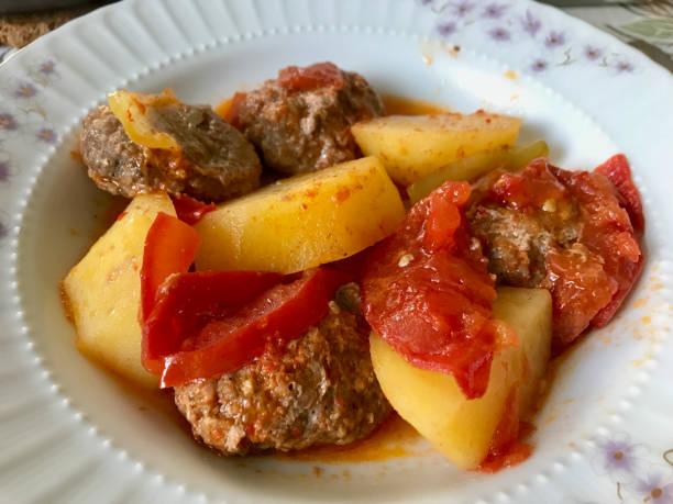 Comida turca caseira tradicional Kofte/Kofta com molho de tomate e batatas. - foto de acervo