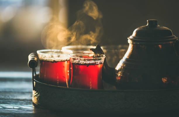 geleneksel sıcak türk çayı lale gözlük buğulaması - türkiye stok fotoğraflar ve resimler