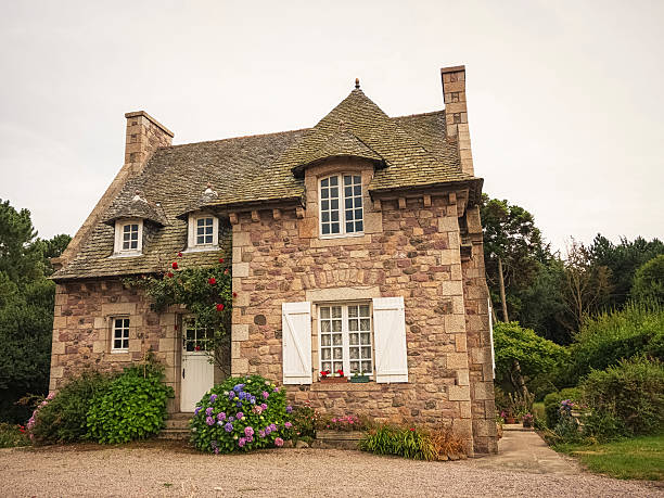 traditionelles haus in der bretagne, frankreich - französische häuser stock-fotos und bilder