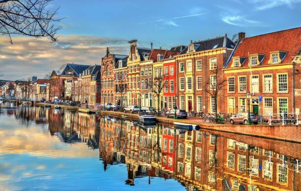 Traditionelle Häuser an einem Kanal in Leiden, Niederlande – Foto