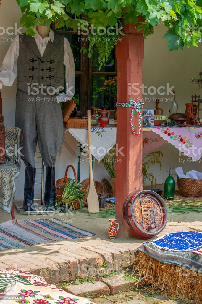 Objets traditionnels hongrois exposées sur un porche maison - Photo