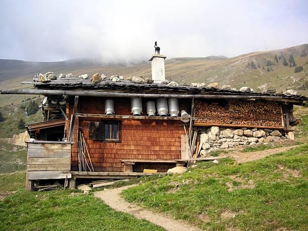 Traditionelle Hütte in den österreichischen Alpen – Foto