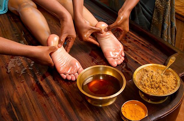 Traditionelle indische Ayurveda-Öl-Fußmassage – Foto