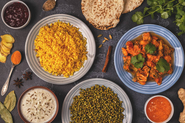 traditionelles indisches curry mit reis, linsen und mungbohnen. - zimt gurken stock-fotos und bilder