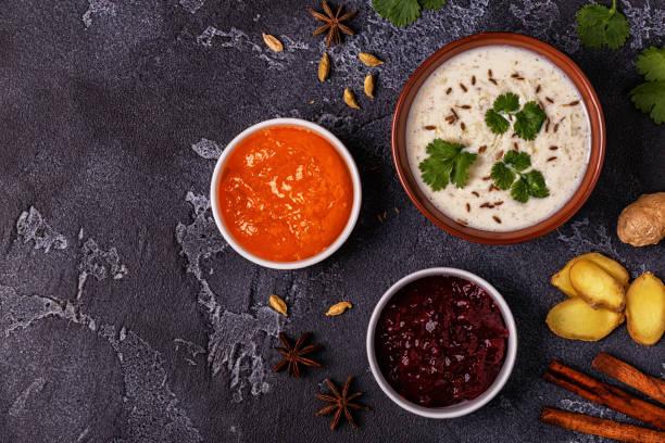 traditionelle indische raita mit gurke, kreuzkümmel, koriander und chutney saucen. - zimt gurken stock-fotos und bilder