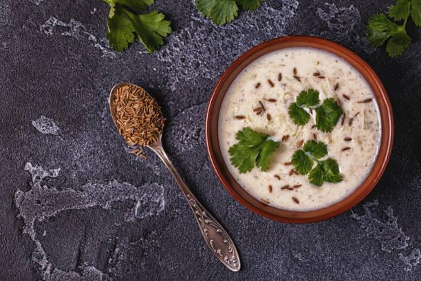 traditionelle indische raita mit gurke, kreuzkümmel, koriander. - zimt gurken stock-fotos und bilder