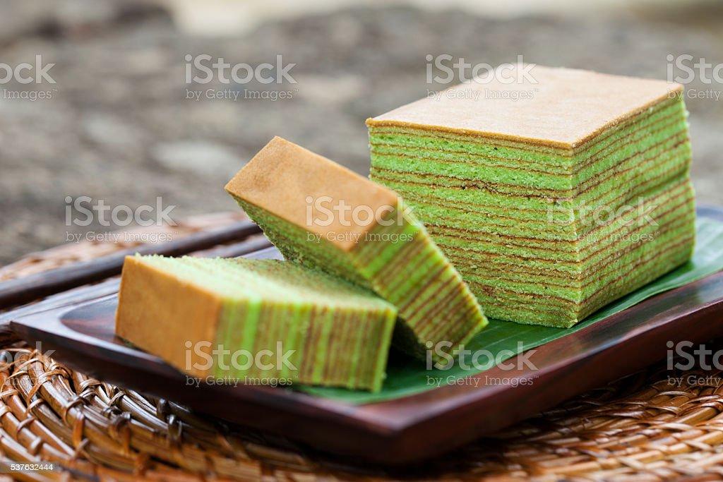 Traditionelle indonesische süß Lapis Schichtkuchen auf einem hölzernen Hintergrund. – Foto