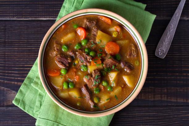 Guiso de cordero irlandés tradicional con verduras - foto de stock