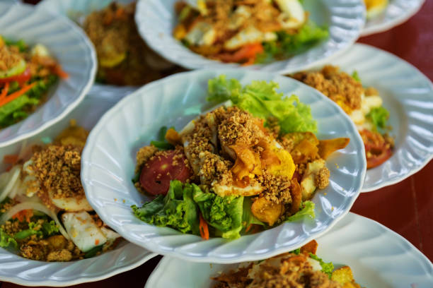 traditionellen islam oder indischer salat auf teller - erdnusssalatdressings stock-fotos und bilder